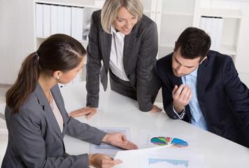Personen weiblich männlich im Büro arbeiten an einer Lösung