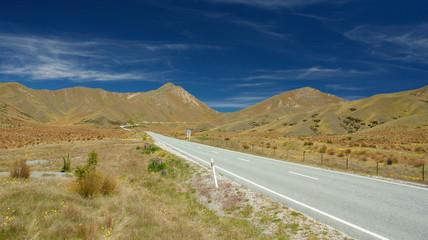 Straße unter blauem Himmel