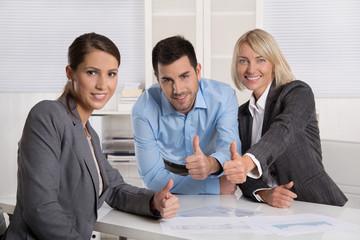 Erfolgreich glücklich lachendes Business Team mit Chefin