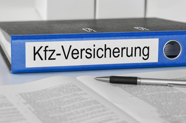 Aktenordner mit der Beschriftung Kfz-Versicherung