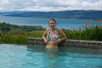 jolie jeune fille souriante à la piscine