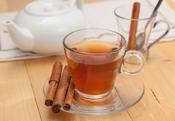 Tè con cannella e teiera
