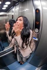 Frau mit Klaustrophobie in Fahrstuhl
