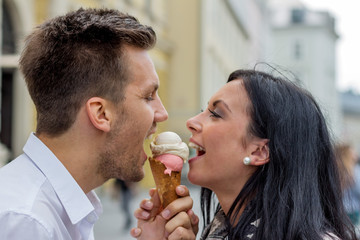 Paar beim Eis essen