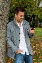 Mann schreibt SMS
