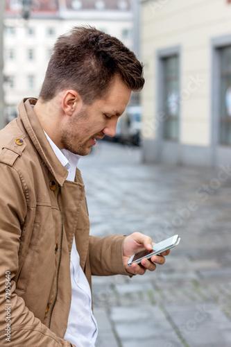 canvas print picture Mann schreibt SMS