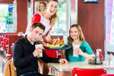 Leute in amerikanischen Diner essen Burger