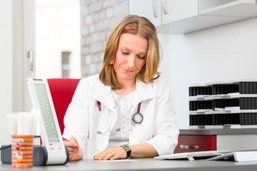 Frauenärztin oder Gynäkologin in Arztpraxis