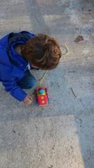 Kind mit holzspielzeug zug