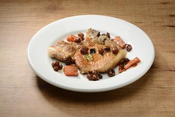 Filete de cerdo cocinado con pasas y verduras