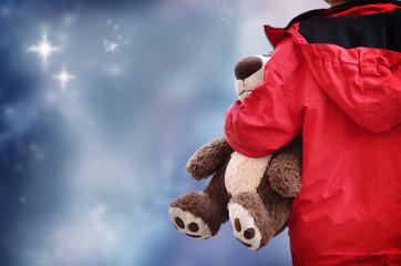 Kind mit Teddy in der Nacht