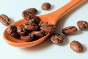 drewniana łyżka z ziarnami kawy