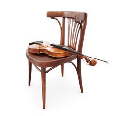 Geige auf Bistrostuhl