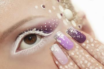 Снежный макияж и ногти.