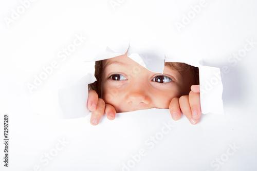 Bambina curiosa - 72987289