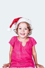 bambina felice con cappello di babbo natale
