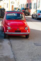 Autovettura fiat 500 di annata, vintage colore rosso