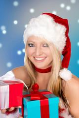 hübsche Frau mit Weihnachtsgeschenken