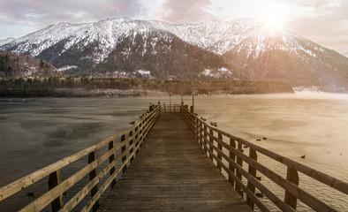 Steg am See in den Bergen