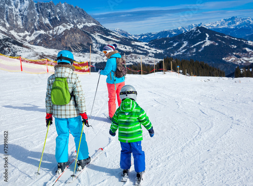 Papiers peints Glisse hiver Two kids with mother enjoying winter vacations.