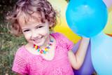 bambina felice con palloncini