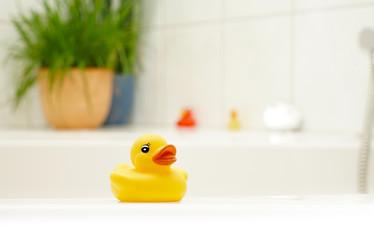 Badeente auf Badewannenrand
