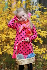 Девочка в осеннем лесу