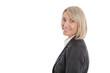 Portrait: Ältere blonde Karrierefrau isoliert auf Weiß