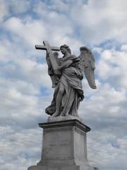 Статуя ангела на фоне облачного неба