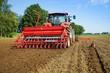 Getreideanbau, Ackerschlepper mit Drillmaschine - 73008815