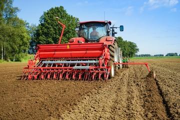 Getreideanbau, Ackerschlepper mit Drillmaschine