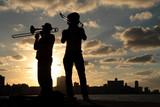 Silhouettes de musiciens devant la ville de La Havane