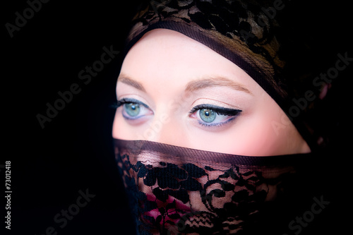 canvas print picture Verschleierte Frau mit blauen Augen