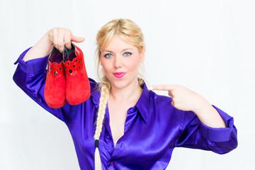Blonde Frau mit Schuhen in der Hand