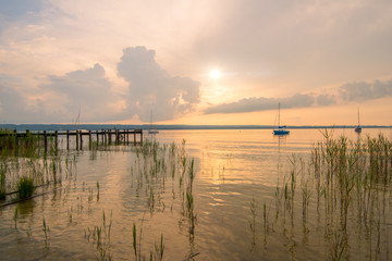 Am See zur goldenen Stunde