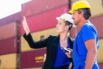 Logistik Arbeiter im Container Terminal von Hafen