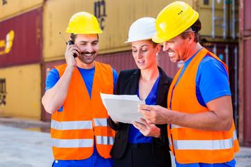 Arbeiter und Manager von Spedition diskutieren