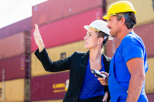 canvas print picture Logistik Arbeiter im Container Terminal von Hafen