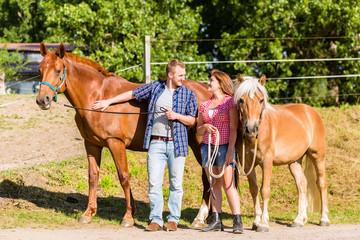Paar streichelt Pferd auf Ponyhof