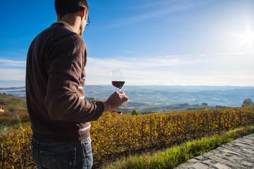 Sorseggiando vino nella vigna