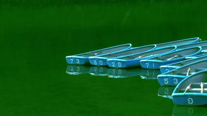 停泊する手漕ぎボート2