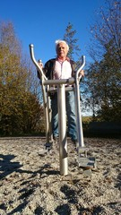 Rentner macht Fitness im Park
