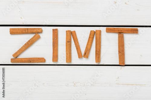 canvas print picture Zimt auf weissem Holz geschrieben