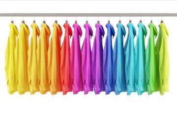 Viele bunte Hemden auf Kleiderstange