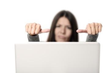 Unmotivierte Mitarbeiterin im Büro vor dem Computer