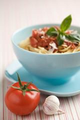 Frische Spaghetti mit Tomatensoße und Baslikum