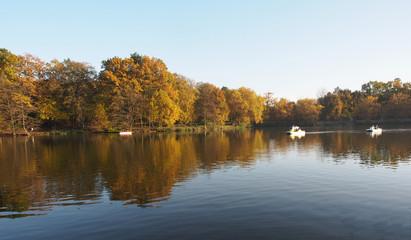 Herbstspiegelung mit Booten