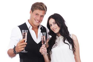Glückliches Paar stößt mit Sekt an