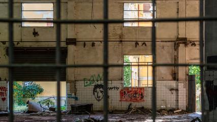 Vecchia fabbrica abbandonata, distruzione