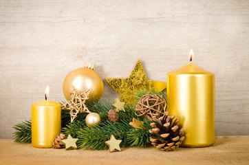 goldenes weihnachtsarrangement
